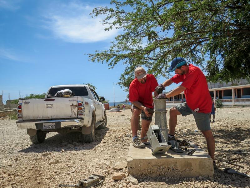 Pracovníci projektu Praga Haiti při opravě studny Marie Goretti v areálu školy v Baie de Henne